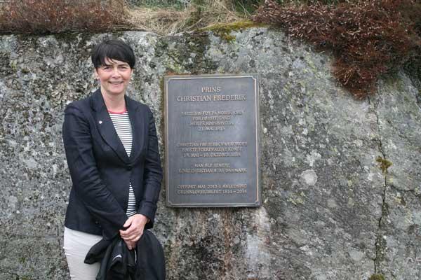 Storingsrepresentant Irene Johansen avduket plaketten på fjellveggen innenfor brygga 20. mai 2013. Foto: Thomas Holmen Olsen