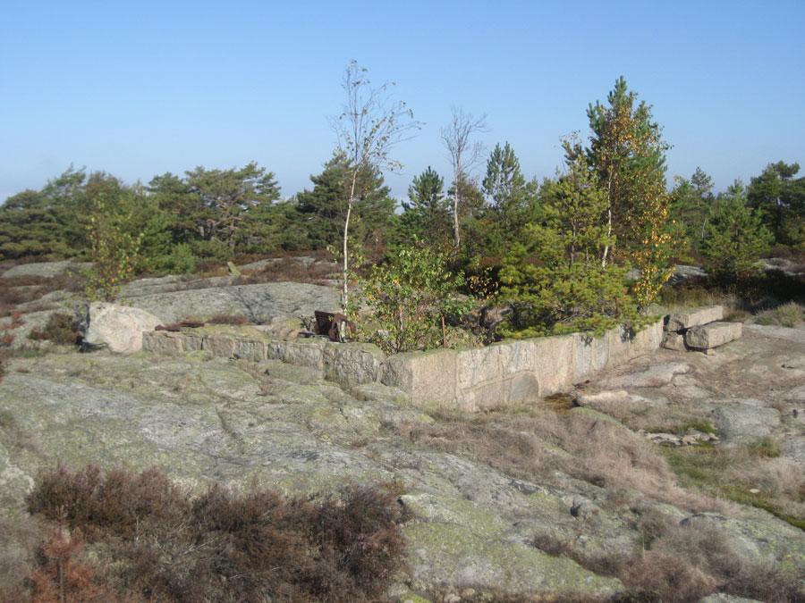 Ruiner av vakthytte på Skjelsbuveten fra 1905. Tuftene etter vakthytta fra den optiske telegrafen ligger like nord for ruinene. Foto: Petter Ringen Johannessen