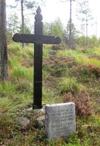 Korset fra 1958 og bautastenen fra 1962. Foto: Jens Bakke