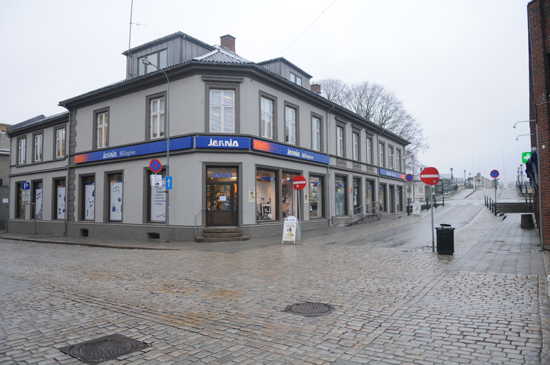 «Kronprins Carl Augusts lærde Skole» nå Billington jernvareforretning. Foto: Svein Norheim.