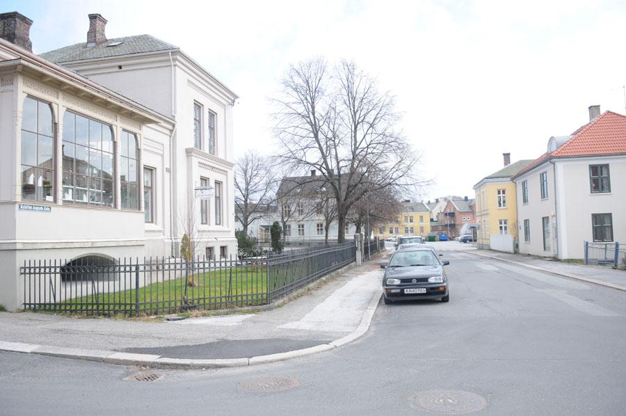Kristian Augusts gate sett fra vest. Rektorboligen til «Fredrikshald lærde og realskole» til venstre. Foto: Svein Norheim