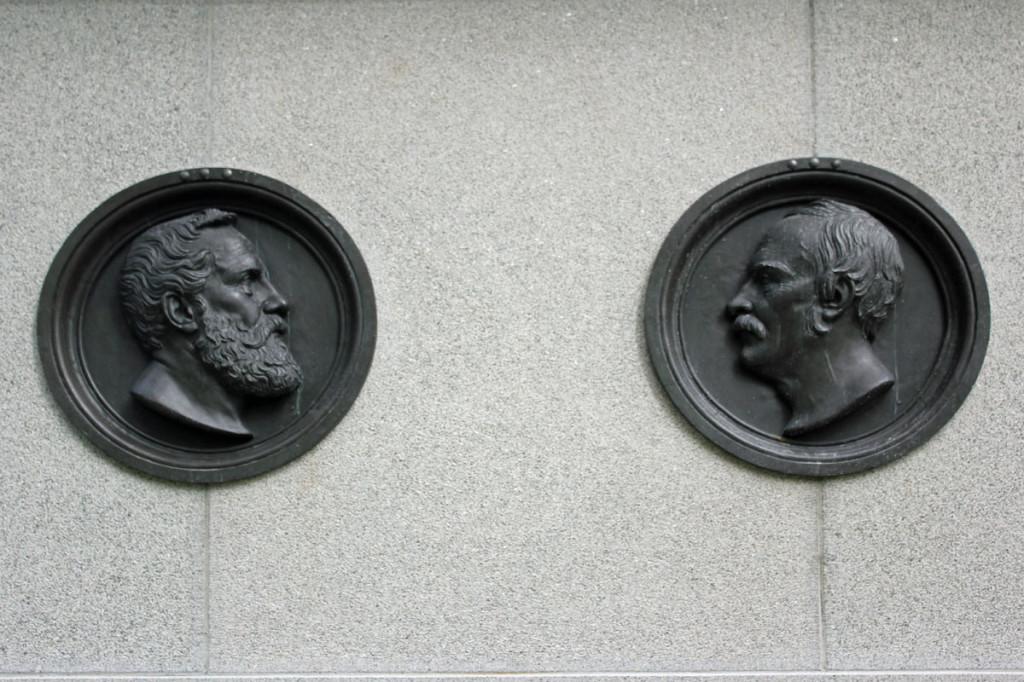 Til venstre er Hans Helgesen avbildet og til høyre Frederik Adolph Schleppegrell. Medaljongene er laget av kunstnere Herman Wilhelm Bissen.