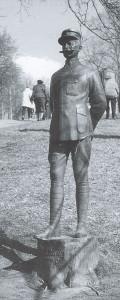 Statuen over Henrik Angell i Holmekollen. Kunstner: Gustav Lærum, 1923. Fra Roy Andersens biografi over Henrik Angell.