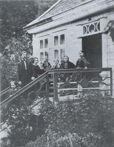 Familien Angell på trappa til huset på Kvåle, Luster i Sogn. Henrik er den lille gutten midt på bildet. Fra biografien til Roy Andersen om Henrik Angell.