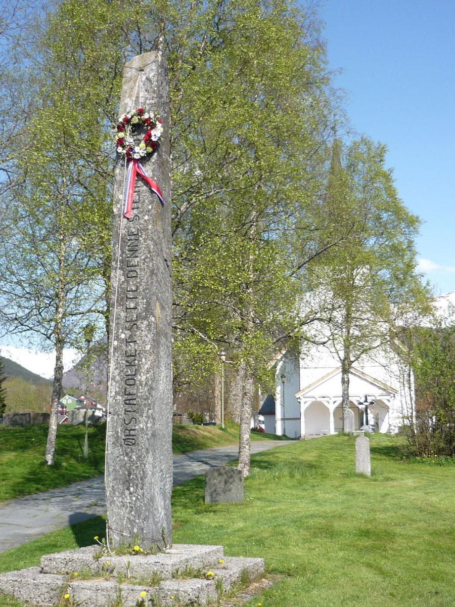 Bautasten ved Holm kirke i Ørsta. CC 3.0