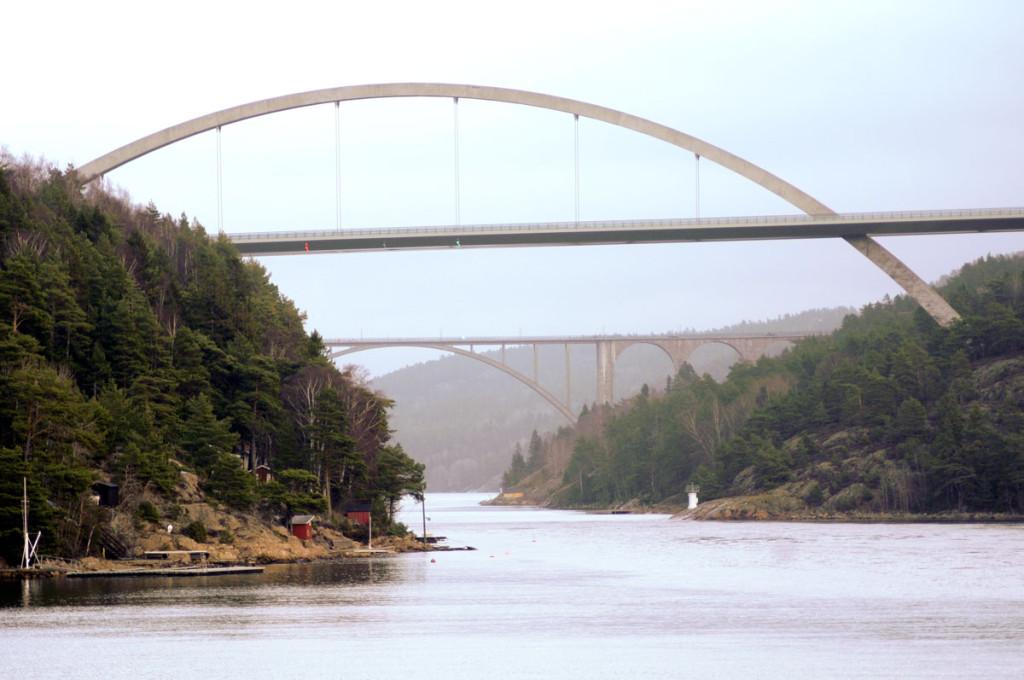 Nåværende bruer over Svinesund. Nærmest er den nyeste brua og bak brua fra 1946. Foto: Svein Norheim.