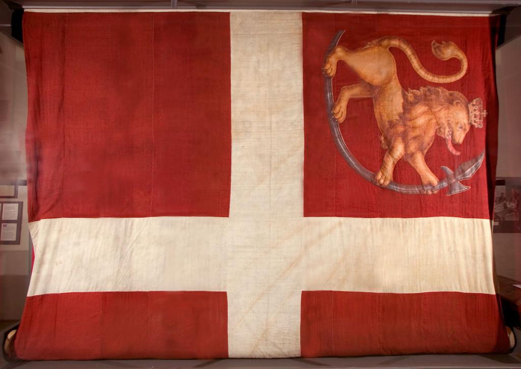 Fredriksten festnings flagg fra 1814, ca. 4,6 x 11,2 m. Foto: Trollbu. Haldens Minders museum /HhS